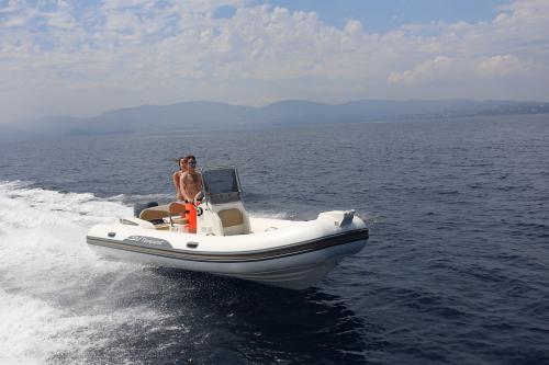 Paar im Schlauchboot im La Maddalena Archipel