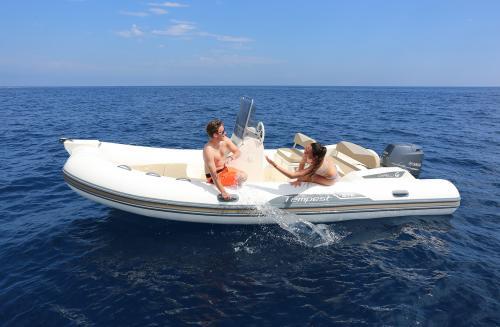 Paar an Bord eines Schlauchboots