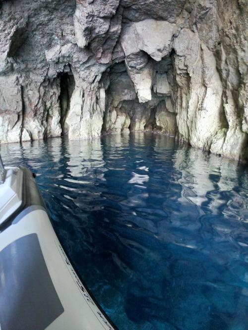 Höhle an der Küste von Carloforte
