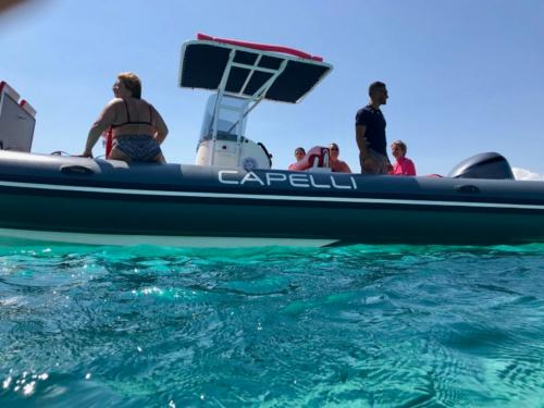 See und Beiboot mit Passagieren