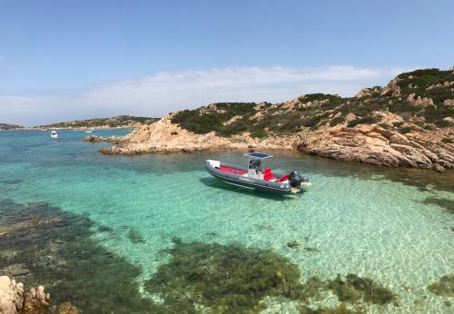 Schlauchboot zwischen den Inseln des La Maddalena Archipels