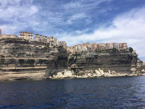 Bonifacio und Felsen mit Blick auf das Meer