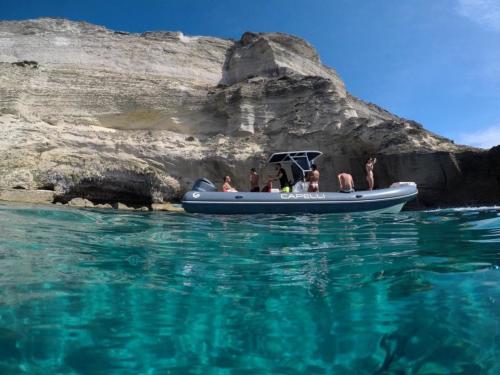Passagiere an Bord eines Schlauchboots auf Korsika