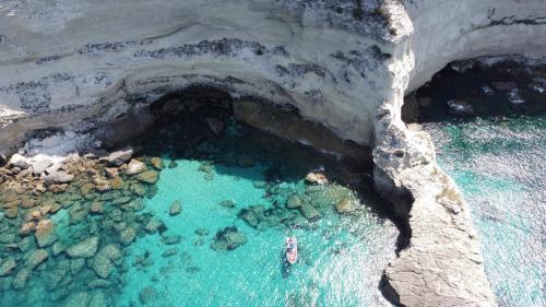 Beiboot an der Küste Korsikas