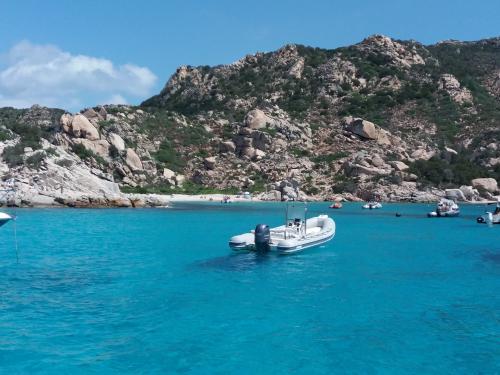 Schlauchboot an der Costa Smeralda