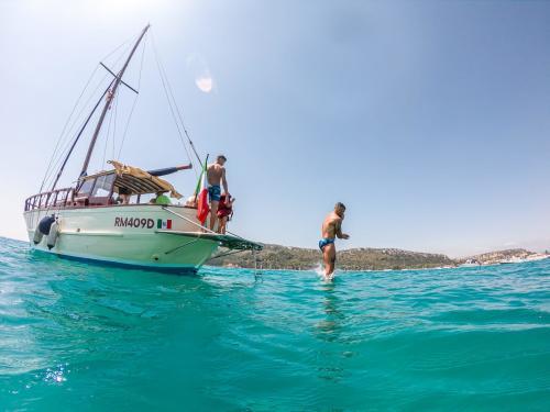 Wanderer springen vom Boot