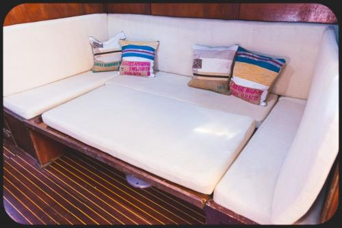 Sofa an Bord eines Vintage-Bootes