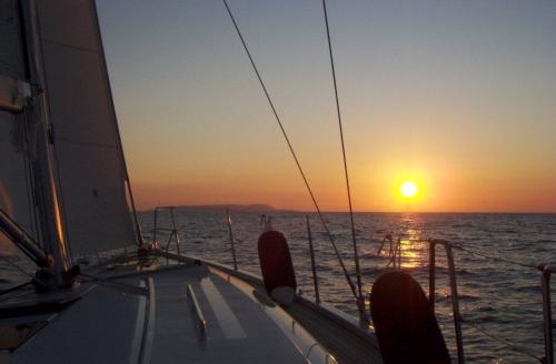 Sonnenuntergangsansicht an Bord eines Segelboots