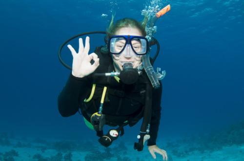Ragazza durante immersione di diving
