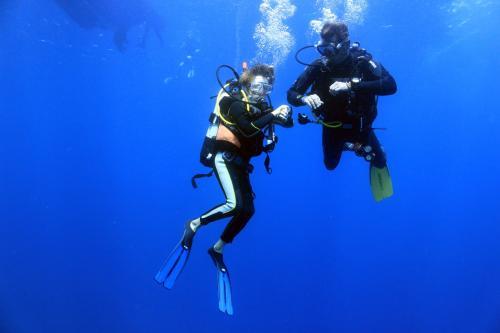 Escursionista durante snorkeling con guida