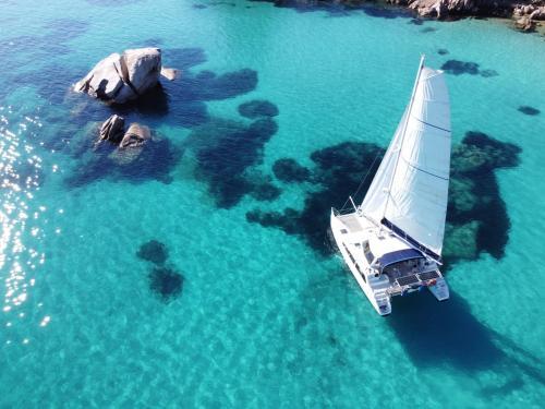 Katamaran segelt in den Gewässern des La Maddalena Archipels