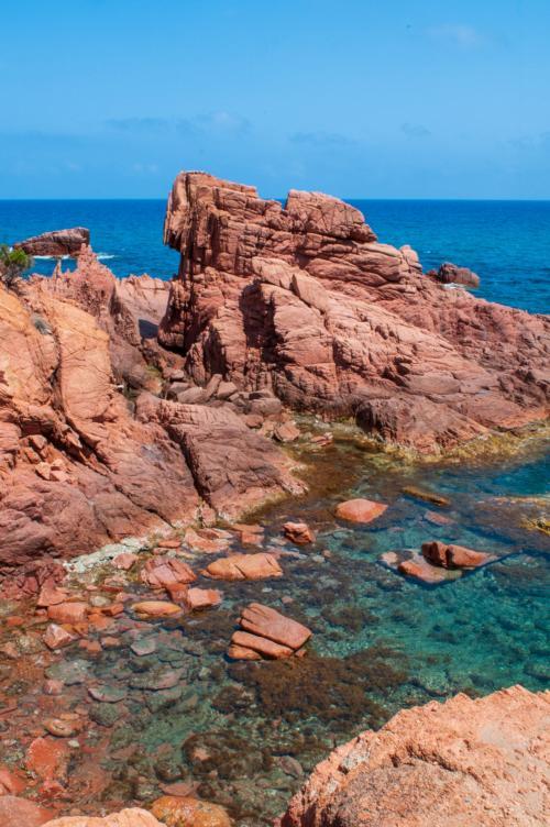 Rote Felsen typisch für die Küste von Gairo und Cardedu