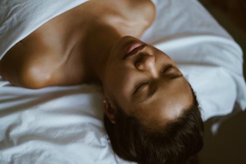 Ragazza si rilassa durante il massaggio sensoriale