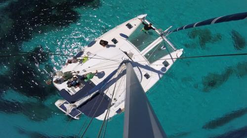 Foto dall'albero maestro di un catamarano nell'Arcipelago di La Maddalena