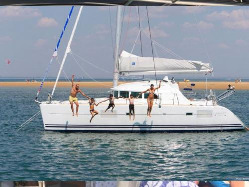Famiglia si tuffa da un catamarano