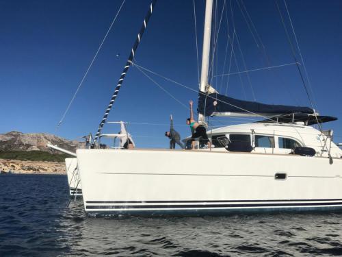 Catamarano attraccato nell'Arcipelago di La Maddalena durante un tour
