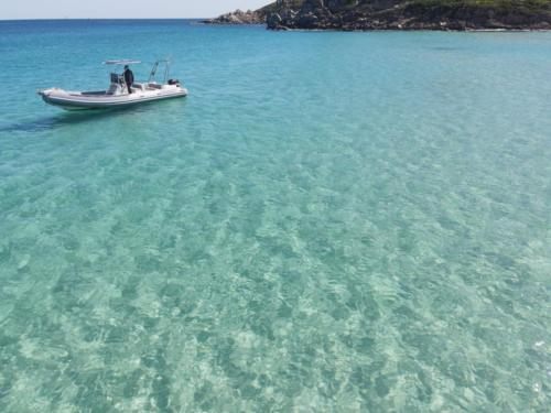 Gommone in navigazione nell'Arcipelago di La Maddalena