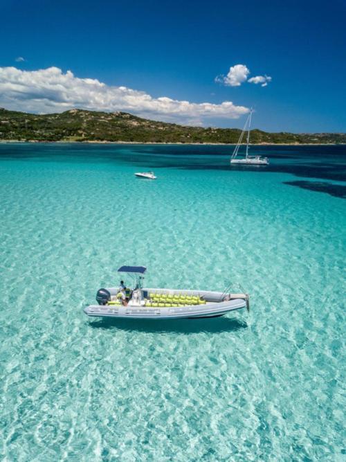 Gommone nelle acque trasparenti dell'Arcipelago di La Maddalena
