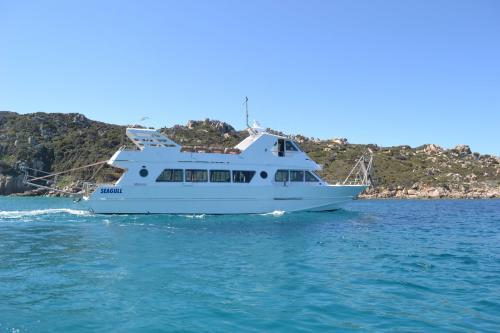 Motonave in navigazione nell'Arcipelago di La Maddalena