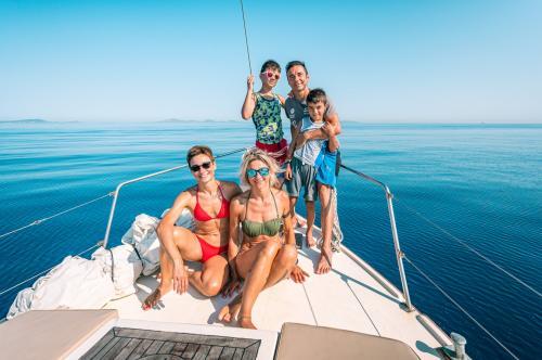 Family aboard a sailboat and the Asinara sea