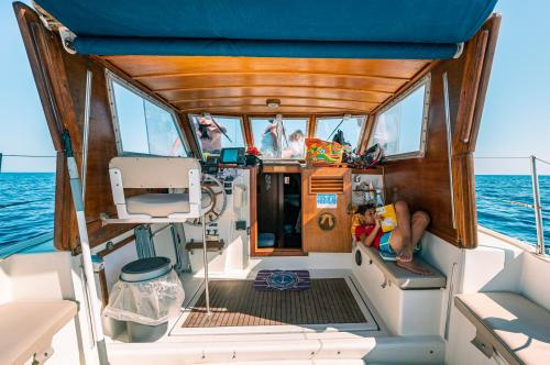 Captain's position in a sailboat