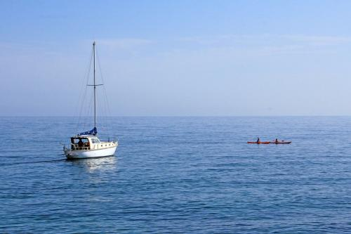 Barca a vela in navigazione tra Porto Torres e Asinara