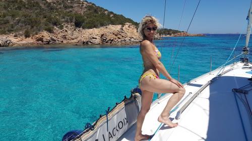 Mädchen auf einem Segelboot bei einem Tagesausflug