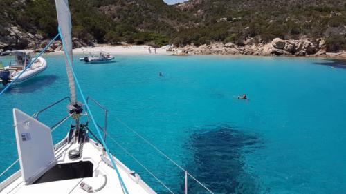 Segelboot im blauen Meer des La Maddalena-Archipels
