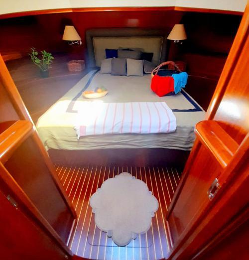 Bed motor boat front side