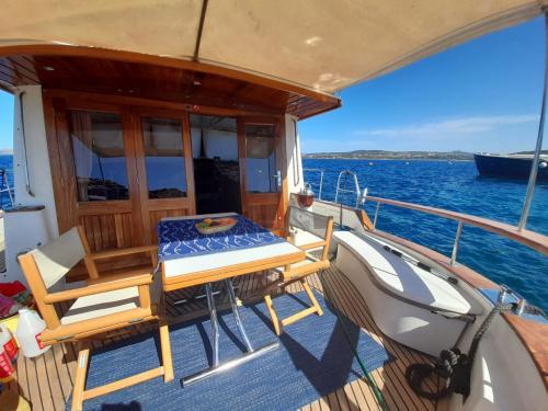Outside motor boat