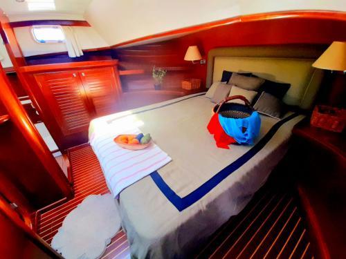 Bed motor boat left side