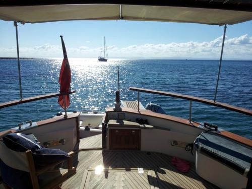 Vista del mare della Sardegna da una barca a motore