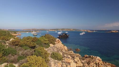 Motorschiffe im La Maddalena Archipel auf Tagestour
