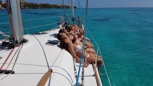 Gruppo di ragazze in escursione in barca a vela con partenza da Santa Teresa di Gallura