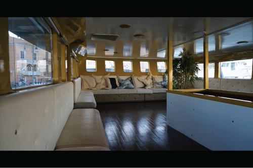 Sitzplätze drinnen an Bord eines Motorschiffs