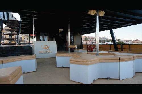Sitzgelegenheiten im Freien an Bord eines Motorschiffs