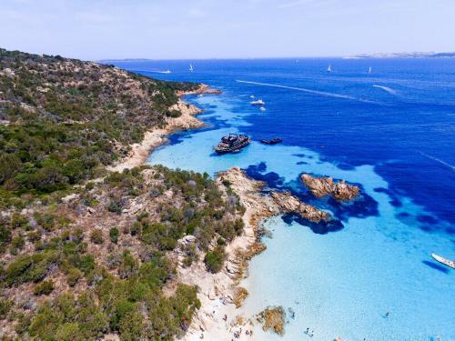 Motorschiffe zwischen den Inseln des Archipels La Maddalena