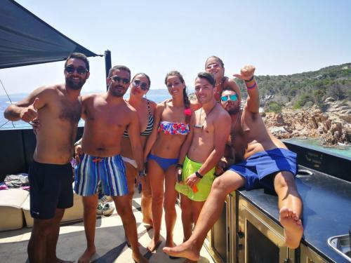 Eine Gruppe von Freunden hat Spaß an Bord eines Motorschiffs