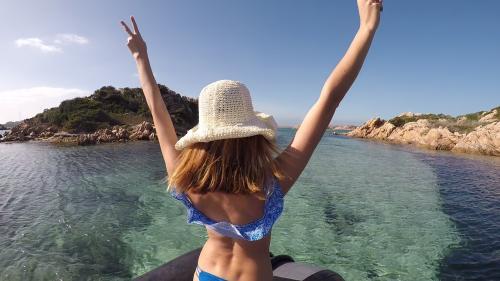 Mädchen an Bord eines Schlauchboots im La Maddalena Archipel