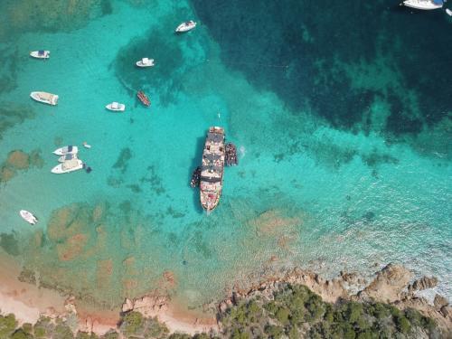 Motorschiff im Meer desPorto della Madonna