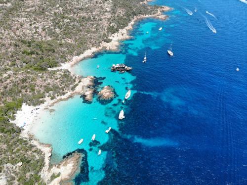 La Maddalena Archipel und sein transparentes Wasser zum Schwimmen