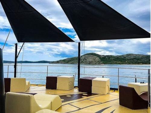 Ponte Vipund Sitzgelegenheiten im Freien an Bord eines Motorschiffs