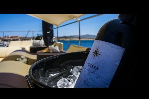 Der sardische Wein wird an Bord eines Motorschiffs auf derPonte Vipserviert