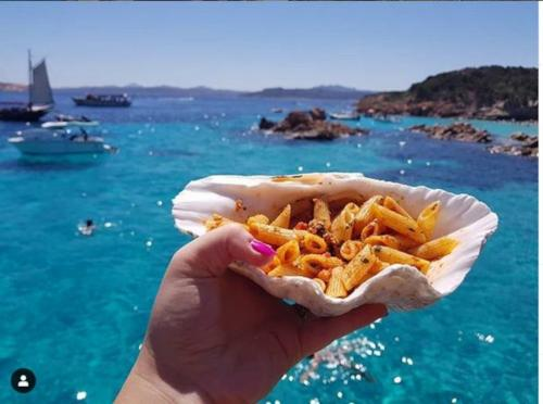 Pasta wurde an Bord eines Motorschiffs mit Meerblick auf den La Maddalena-Archipel serviert
