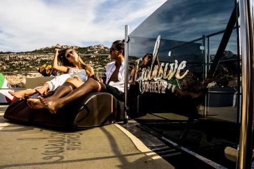 Mädchen und Junge entspannen sich auf dem Ponte Vip eines Motorschiffs