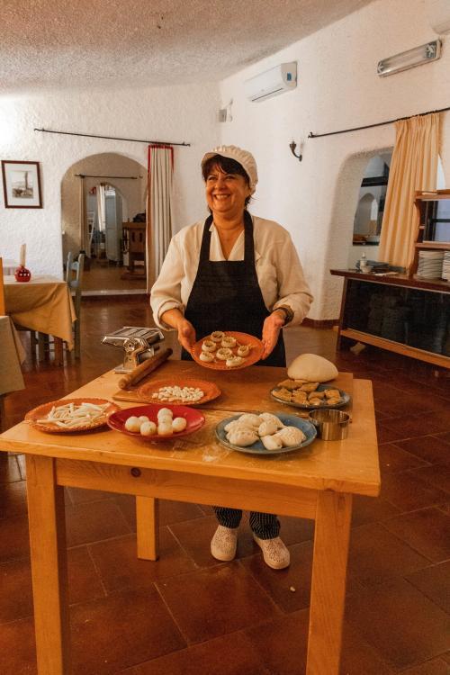 Guida prepara dolci e pasta tipici sardi