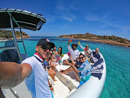 Selfie di gruppo a bordo durante escursione in gommone nell'Arcipelago di La Maddalena
