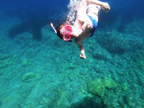 Ragazza fa snorkeling nell'Arcipelago di La Maddalena