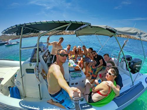 Gruppo di escursionisti a bordo di un gommone nell'Arcipelago di La Maddalena