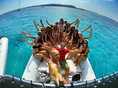 Selfie gruppo ragazze a bordo durante escursione in gommone nell'Arcipelago di La Maddalena